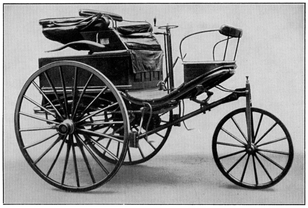 Die Geburtsstunde des benzinbetriebenen Autos  Ende des 19. Jahrhunderts wurde in Deutschland daserste Auto mit Benzinmotorvon Carl Benz patentiert, was als die Geburtsstunde des modernen Autos angesehen wird. 1886 erfolgte die erste öffentliche Fahrt des damals noch dreirädrigen Motorwagens. Der Verbrennungsmotor setzte sich letztlich gegen andere Antriebsformen wie Dampf oder Elektrizität durch. Mit Einführung der Fließbandfertigung konnte der Autohersteller Ford den Luxusartikel Auto erschwinglich machen und läutete so die Ära der Massenproduktion und Massenmobilität ein.