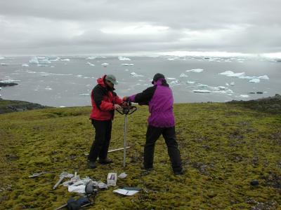 Die Forscher entnehmen die Bohrprobe aus dem Boden von Signy Island. Die oberste Schicht (bis 23 Zentimeter) ist dabei noch ungefroren, darunter ist der Boden dauerhaft gefroren (Permafrost).