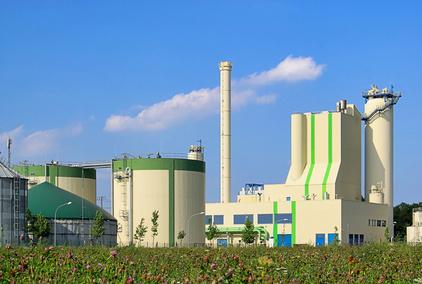 In Bioraffinerien wird Biomasse zu verchiedenen Produkten verarbeitet. Vom Prinzip her ähneln sie den Erdölraffinerien: Ein komplexer Rohstoff wird in seine Einzelteile bzw. Komponenten zerlegt, anschließend umgewandelt und aufbereitet.