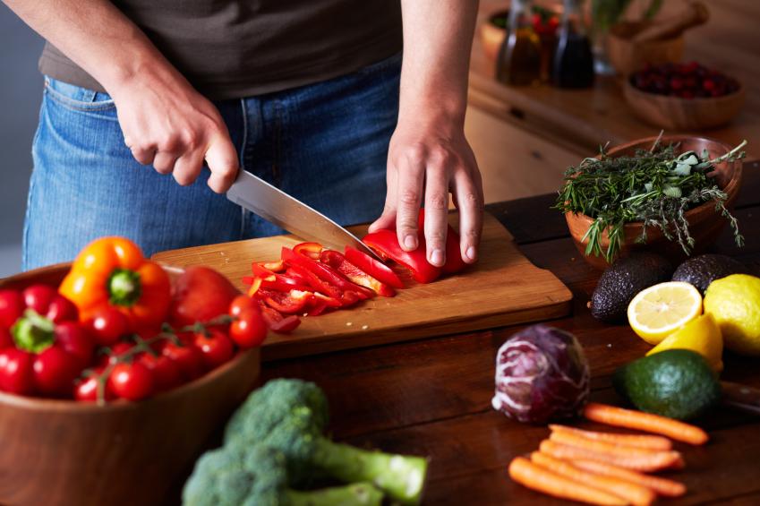 Welche Bakterien besiedeln unser Ost und Gemüse? (Quelle: © iStockphoto.com / mediaphotos)