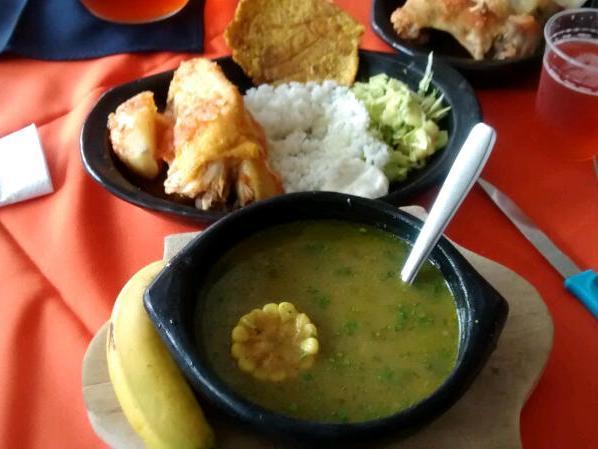 Kolumbianische Hühnersuppe mit Gemüse: Sancocho de Gallina.