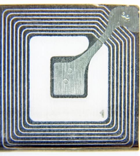 Die Antenne des Transponders verläuft um den Chip herum, mit dem sie verbunden ist und auf dem die Informationen codiert sind. Wird an einem Punkt des Stromkreislaufs nun ein chemiesensibles Bauteil eingesetzt, wird das Signal solange unterbunden, bis das betreffende Bauteil durch eine chemische Reaktion leitfähig wird.
