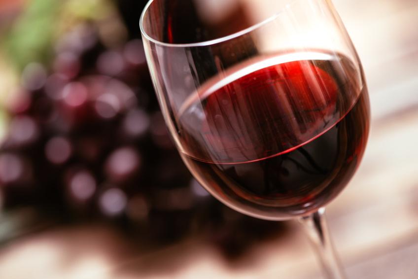 Rotwein enthält Phenole, die das Anheften pathogener Bakterien auf Zähnen und Zahnfleisch verhindern können. (Bildquelle: © stokkete / Fotolia.com)