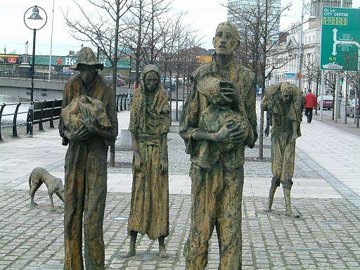 Denkmal für die Opfer der Hungersnot in Dublin. Durch den Pflanzenerreger Phytophthora infestans starben zwischen 1845 und 1849 eine Millionen Menschen in Irland. (Quelle: © AlanMc/ Wikimedia.org; gemeinfrei)