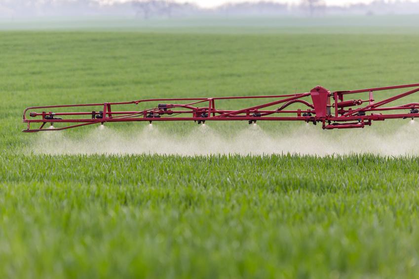 Da Unkräuter in Konkurrenz zu den Kulturpflanzen wachsen, werden sie in der Landwirtschaft mit Unkrautvernichtungsmitteln bekämpft.