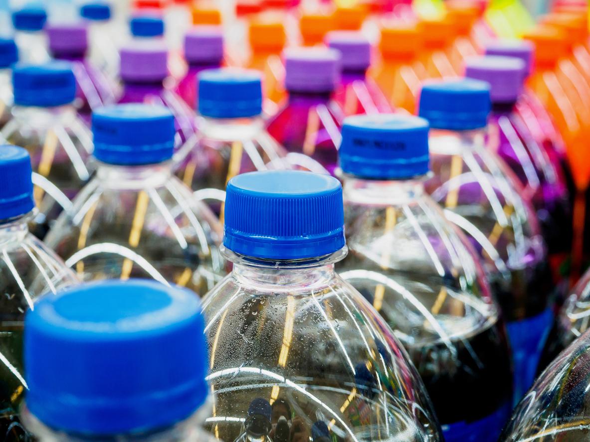 Isoglucose findet sich vermehrt in Softdrinks. Doch in der Zutatenliste wird es Glukose-Fruktose-Sirup bzw. Fruktose-Glukose-Sirup oder auch Maissirup genannt. (Bildquelle: © iStock.com / Kwangmoozaa)