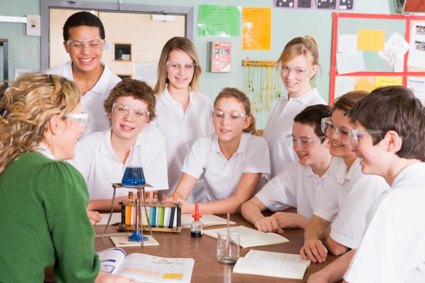 Im Schülerlabor können Jugendliche selbst forschen und entdecken (Quelle: © iStockphoto.com/ Catherine Yeulet)