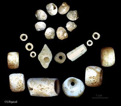 Die ersten europäischen Bauern bevorzugten, im Gegensatz zu den Jägern und Sammlern, selbst angefertigte und verzierte Perlen und Anhänger.