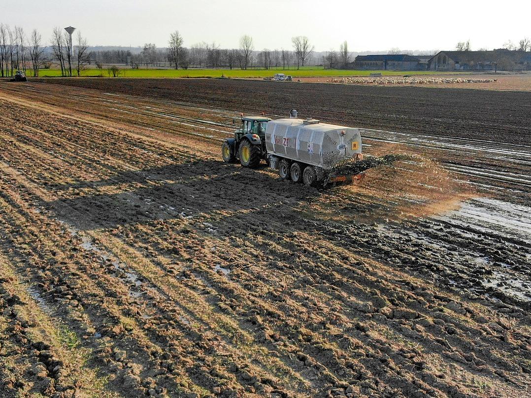 Versteckte Kosten bei der Lebensmittelherstellung: Ein übermäßiger Einsatz an Düngemitteln in der Landwirtschaft kann das Grundwasser belasten.