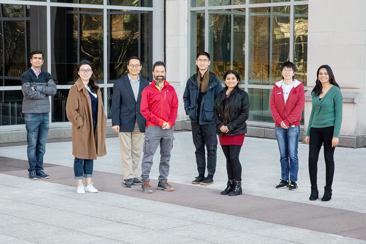 Das Forschungsteam um Huimin Zhao, Professor für Chemie- und Biomolekulartechnik an der University of Illinois at Urbana-Champaign (Dritter von links). Zusammengesetztes Bild aus separaten Fotos, in Übereinstimmung mit den COVID-19-Sicherheitsprotokollen.