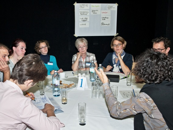 An insgesamt 14 Tischen wurde über die standardisierten Fragen hinweg diskutiert.