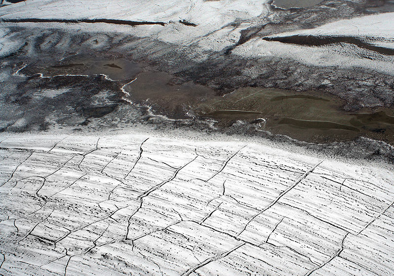 Permafrostböden speichern erhebliche Mengen an Treibhausgasen. Ein Schmelzen würde diese Gase freisetzen und könnte die Erderwärmung verstärken. (Quelle: © Brocken Inaglory / Wikimedia.org)