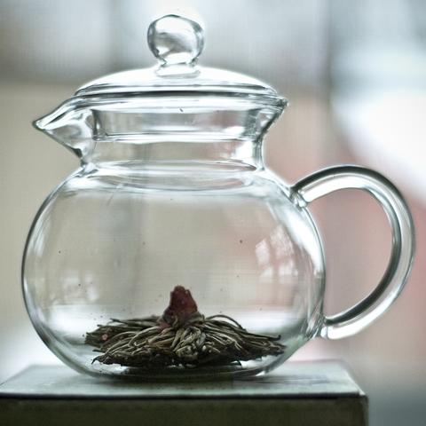 In China benutzt man keine Teebeutel oder Siebe, sondern gibt das heiße Wasser direkt auf die Teeblätter. Besonders raffiniert ist die Verwendung einer Teerose, die nach dem Aufbrühen