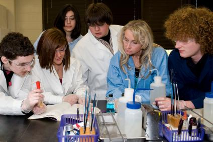 In vielen Schülerlaboren können Oberstufenschüler die Erbsubstanz von Lebensmitteln isolieren.