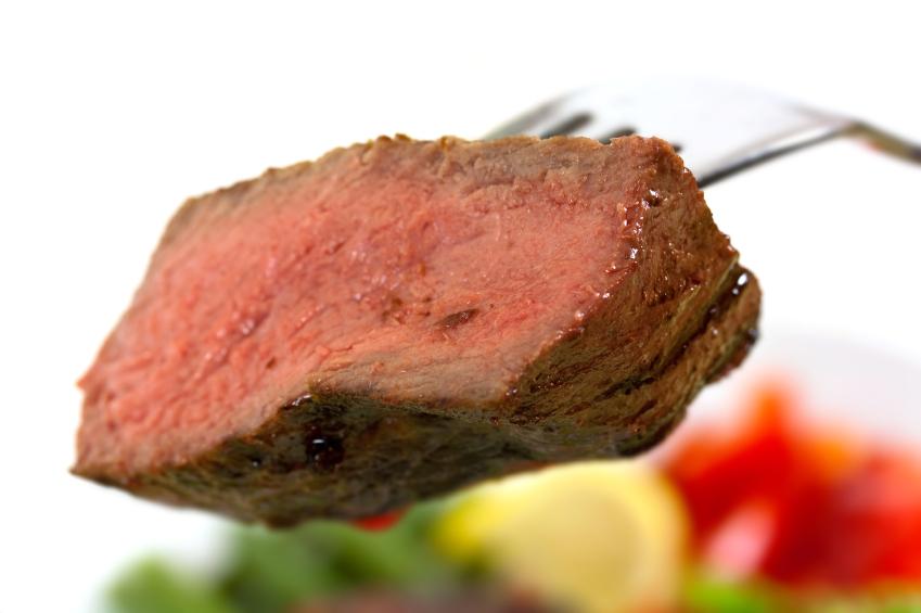 Fleischfans müssen für den Klimaschutz nicht gänzlich auf tierische Produkte verzichten. (Bildquelle: © iStock.com/monica-photo)