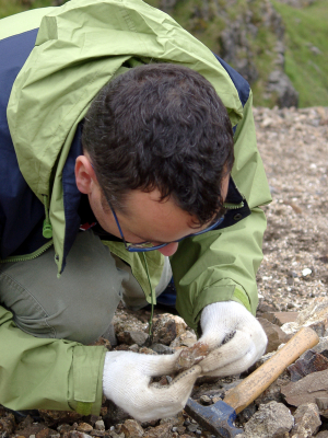Geologe bei der Arbeit. (Quelle: © iStockphoto.com/ mikeuk)