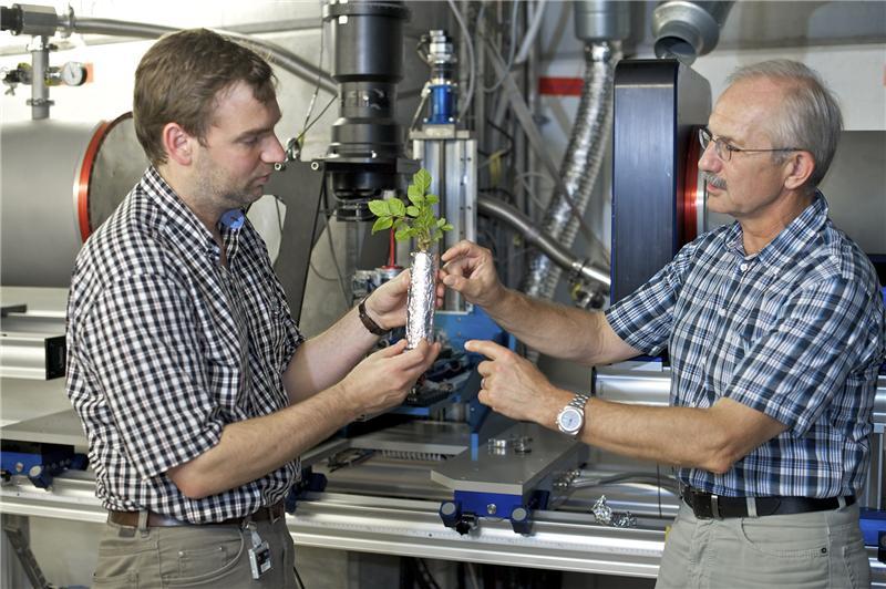 Sascha Oswald (Universität Potsdam) und Eberhard Lehmann (PSI) an der Neutronentomografieanlage ICON am PSI. Hier wurden die tomografischen Untersuchungen zur Wasserverteilung um die Pflanzenwurzel durchgeführt.