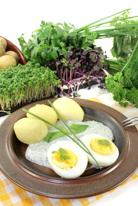 Die Grüne Soße ist ein beliebtes hessisches Regionalgericht und besteht aus sieben Kräutern, darunter auch Borretsch.