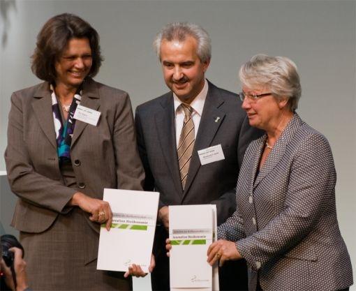 Übergabe des Gutachtens durch Prof. Reinhard Hüttl an Bundesforschungs- ministerin Annette Schavan (rechts) und Bundeslandwirtschaftsministerin Ilse Aigner (links).