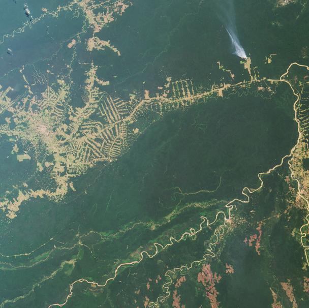 Ein Bild, das die Entwaldung Amazoniens bezeugt. Die Luftaufnahme um die Stadt Rio Branco im Nordwesten von Brasilien stammt aus dem Jahr 2000. (Bildquelle: Detail aus © NASA/GSFC/LaRC/JPL, MISR Team, PIA03427, gemeinfrei)