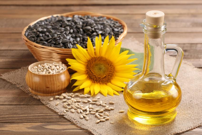 Die Sonnenblume ist eine weltweit wichtige Ölpflanze. 2013 wurden rund 12 Mio. Tonnen Sonnenblumenöl produziert. Damit ist das Sonnenblumenöl nach Palm-, Soja- und Rapsöl, das viertwichtigste Pflanzenöl. (Bildquelle: © syomao - Fotolia.com)