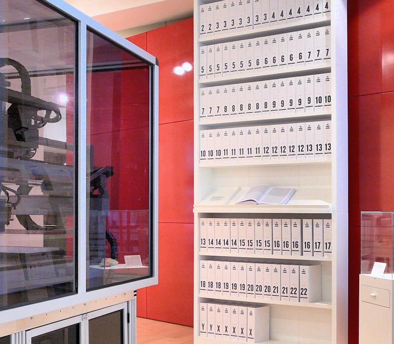 Der erste Ausdruck des menschlichen Genoms in Buchform. Die Information der 3,27 Milliarden Basenpaare der DNA wurde überführt in mehr als 100 Buchbände, jedes mit 1000 Seiten, in kleinstmöglicher Schrift.