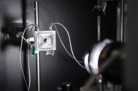 Wie ein künstliches Blatt sieht der Prototyp noch nicht aus, eher wie eine kleine Kamera. Über die Schläuche werden Sauer- und Wasserstoff separat abgeführt.
