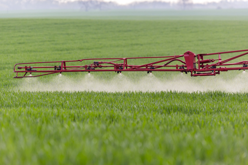 Pestizide müssen vor der Zulassung ein umfangreiches Risikobewertungsverfahren durchlaufen, bei dem für jedes Pestizid eine Konzentration festgelegt, die als unbedenklich für Umwelt und Tiere gilt. Damit diese Konzentration auch in der Praxis nicht überschritten wird, müssen Landwirte bei der Ausbringung oftmals Auflagen einhalten, z. B. einen Mindestabstand von bis zu 20 m zum nächsten Gewässer.