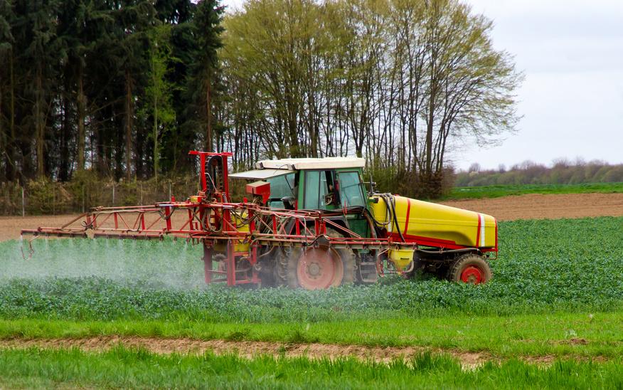 Weltweit werden heutzutage etwa drei Millionen Tonnen Pestizide eingesetzt, in der Regel als Pflanzenschutzmittel zur Schädlingsbekämpfung.