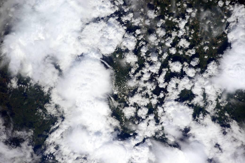 Je weißer die Wolken, desto mehr Sonnenlicht reflektieren sie. Das Bild wurde im Juli 2015 direkt über Neuseeland aufgenommen, um die Wolkenbildung weiterhin im Auge zu behalten.