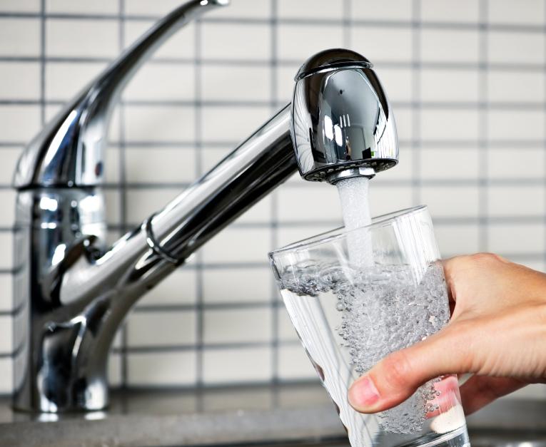 Sauberes Trinkwasser: Der Grenzwert von 50 mg Nitrat pro Liter darf in Deutschland nicht überschritten werden.