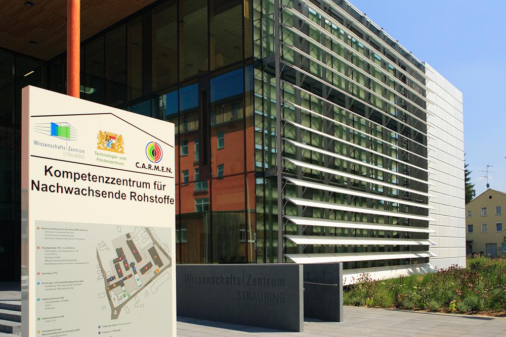 Das bayerische Kompetenzzentrum für Nachwachsende Rohstoffe bündelt und koordiniert die Aktivitäten des Wissenschaftszentrums Straubing, des TFZ und des Netzwerks C.A.R.M.E.N. e.V.