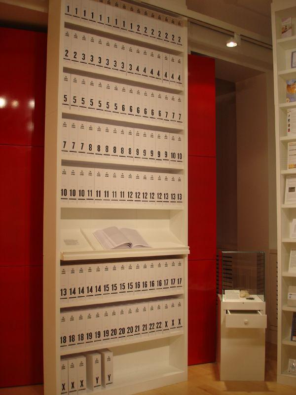 Der erste Ausdruck des menschlichen Genoms visualisiert als Buchserie, ausgestellt im 'Medicine Now' Raum (Wellcome Collection, London). Die Information der 3,4 Mrd Basenpaare der DNA wurde überführt in mehr als 100 Buchbände, jedes 1.000 Seiten, in kleinstmöglicher Schriftgröße.