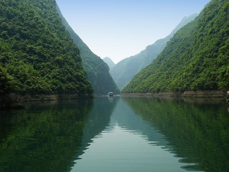 Der Jangtsekiang ist mit rund 6380 Km der drittlängste Fluss der Erde. Er teilte das Land in der Geschichte Chinas nicht nur in zwei unterschiedliche Anbauregionen, sondern auch in zwei verschiedene Mentalitäten, wie viele behaupten.