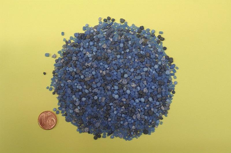 Dünger, die Stickstoff (N), Phosphat (P) und Kalium (K) enthalten, werden Volldünger oder auch NPK-Dünger genannt. Sie enthalten die wichtigsten Nährstoffe für Pflanzen. Der mineralische Dünger auf dem Bild besteht zu gleichen Teilen aus jeweils 8 Prozent der drei Nährstoffe.