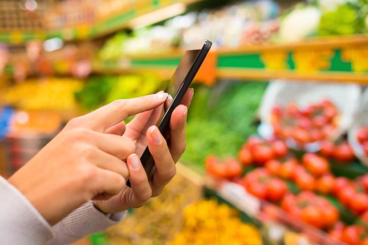 Smartphones sind wahre Alleskönner. In nicht allzu ferner Zukunft könnten sie uns Auskunft über den Reifegrad von Früchten geben oder unsichtbare Gase identifizieren. (Bildquelle: © LDProd/ iStock/ Thinkstock)