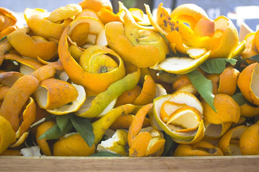 Orangenschalen, die bei der Orangensaftproduktion als Rest anfallen, sind nicht wertlos: Sie enthalten den Naturstoff Limonen. (Bildquelle: © joansorde/Fotolia.com)