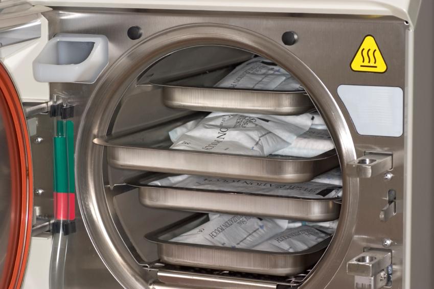 Die Dampfsterilisation im Autoklav wird nicht nur in der Lebensmittelindustrie eingesetzt, sondern auch in der Medizin, um zum Beispiel Operationsbesteck oder anderes medizinisches Werkzeug zu sterilisieren.