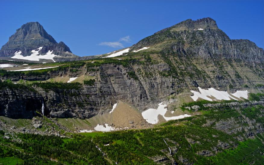 97 % der Vegetation in den westlichen Rocky-Mountains sind infolge des Klimawandels bergab gewandert. Im Bild zu sehen sind der Mount Reynolds (links) und der Mount Oberlin (rechts) im Glacier Nationalpark.(Bildquelle: © iStock.com/Samson1976)