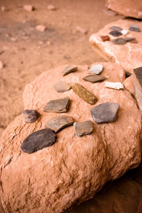 Nicht immer sind ganze Maiskolben konserviert. Oft finden sich aber an den Scherben von Gefäßen verkohlte Nahrungsreste, die Aufschluss über die Essgewohnheiten unserer Vorfahren geben.