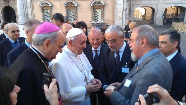 Papst Franziskus I und Ingo Potrykus (rechts) trafen sich im Vatikan im Rahmen einer Tagung der päpstlichen Akademie der Wissenschaften zu den Auswirkungen von Mangelernährung auf die Hirnentwicklung von Kindern. (Quelle: © Ingo Potrykus und FGV)