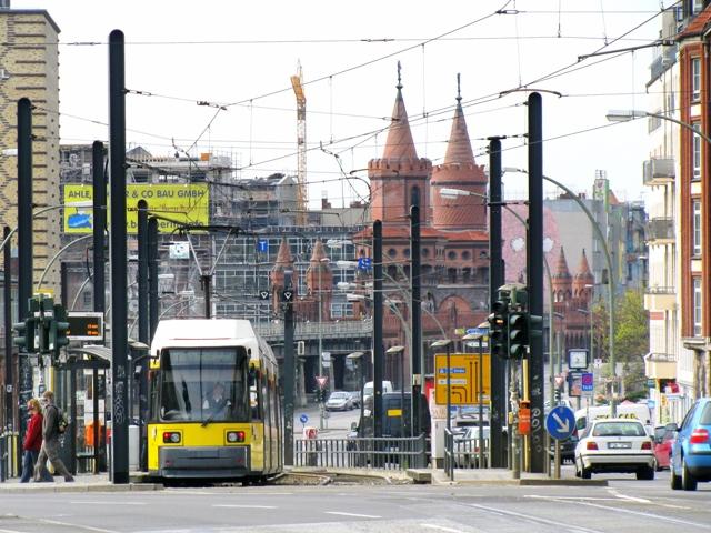 Ob Auto oder öffentliches Verkehrsmittel, je mehr Gewicht transportiert werden muss, desto mehr Energie wird benötigt. (Quelle: © johannes vortmann / pixelio.de)