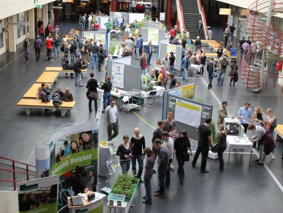 Die Universität Bielefeld begrüßte rund 200 Besucher an insgesamt 20 Ständen (Quelle: © Universitaet Bielefeld)