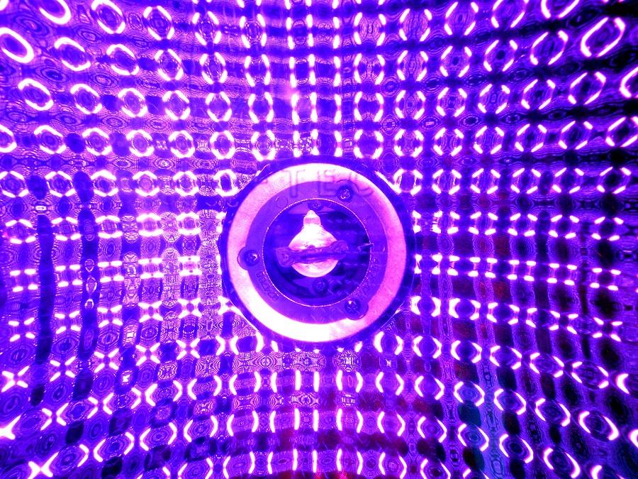 Forscher haben einen neuen biobasierten Kunststoff hergestellt, der sich unter der UV-Lichtlampe in seine Einzelteile zerlegt. (Bildquelle: © manwalk/ pixelio.de)