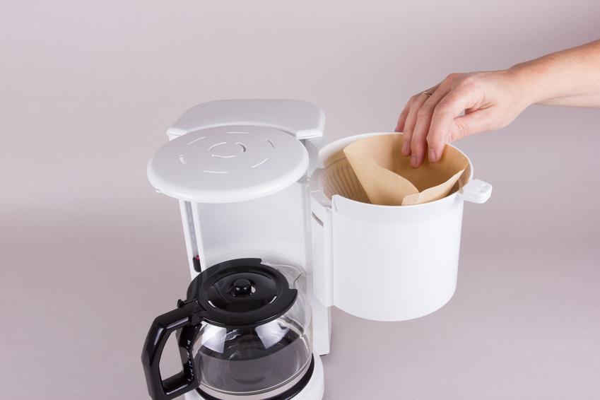 Man kann mit einer handelsüblichen Kaffeemaschine auch Reis kochen. Dazu einfach Reis in den Filter füllen - das Wasser sickert dann wie beim Kaffee kochen durch und gart den Reis. (Bildquelle: © B.Piereck - Fotolia.com)