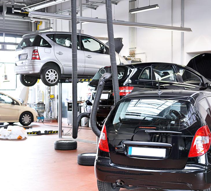 Zur Herstellung vieler Autoteile wird vor allem Erdöl als Rohstoff genutzt. Materialien wie Autolacke, -Kunststoffe und Autoreifen enthalten alle Erdöl. Sogar der Aspahlt auf dem wir fahren wird unter anderem aus Erdöl hergestellt.