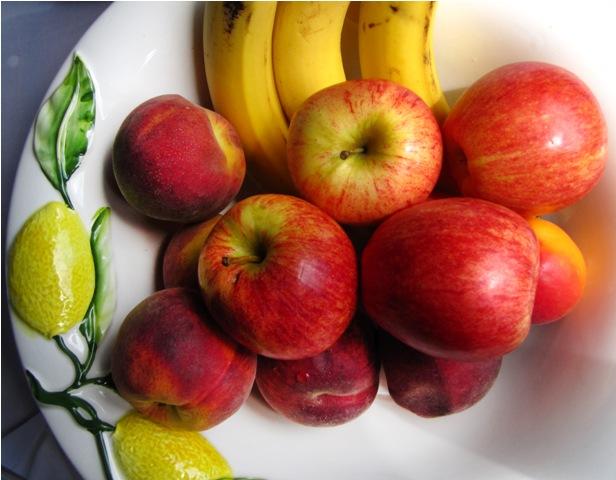 Bananen reifen in einer Obstschale mit Äpfeln schneller. Der Grund: Reife Äpfel produzieren Ethylen, ein Phytohormone das den Reifeprozess von Früchten beschleunigt. In der Landwirtschaft wird das Gas deshalb benutzt, um Tomaten,Bananen und andere Früchte schneller reifen zu lassen.