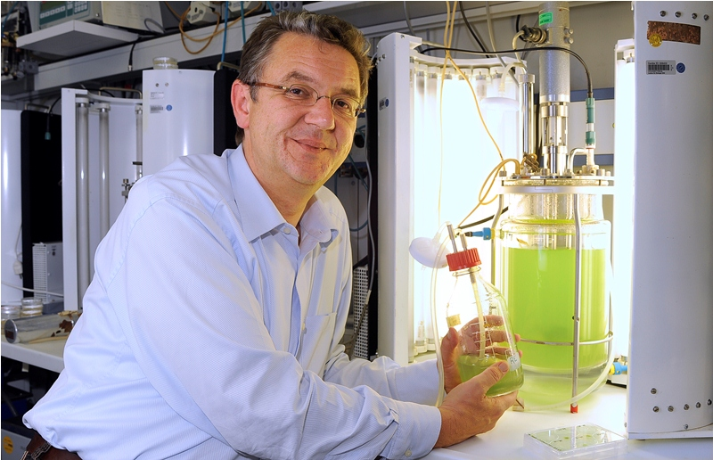 Prof. Dr. Ralf Reski mit dem Moosbioreaktor.